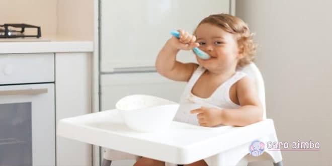 Come insegnare al tuo bambino a mangiare solo