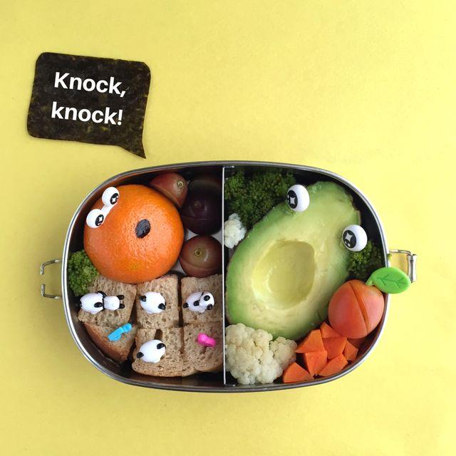 lunch box con quadratino quadrato con stuzzicadenti animale, avocado con occhi, frutta e verdura