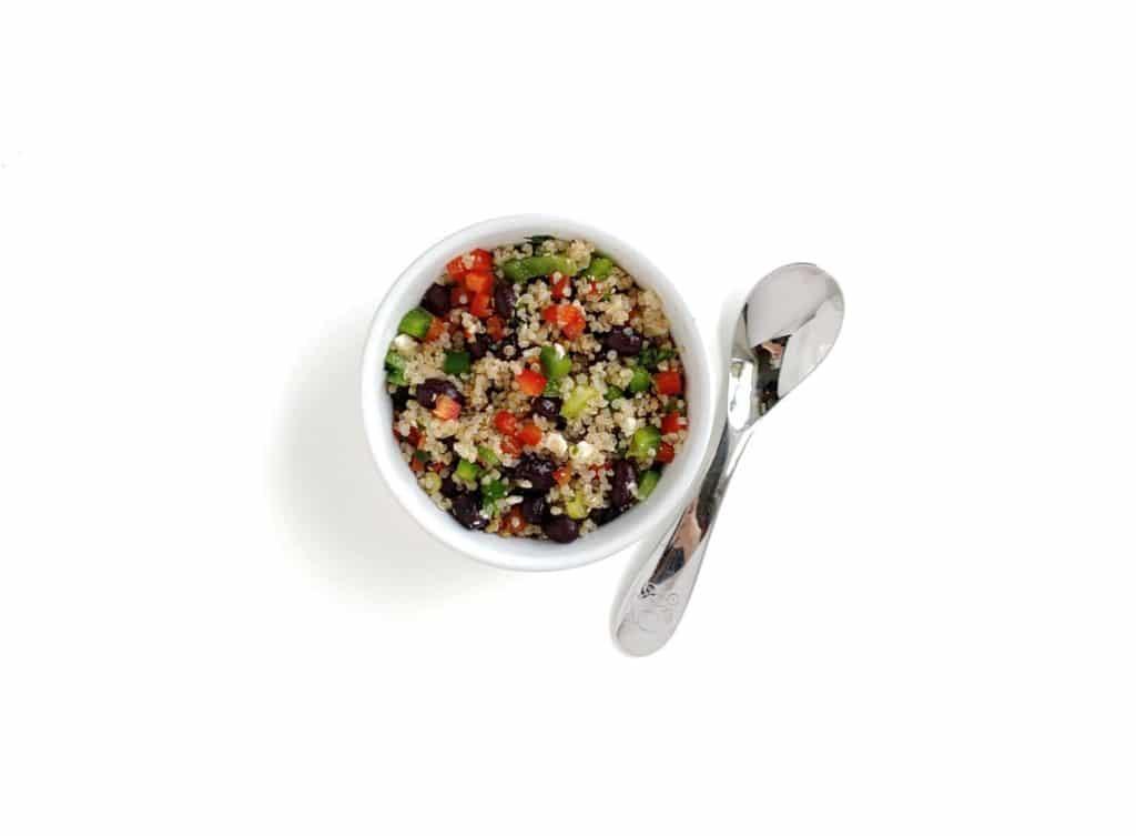 idea per il pranzo per quello che i bambini di tre anni possono dare: una ciotola di quinoa con verdure tritate e formaggio mescolati