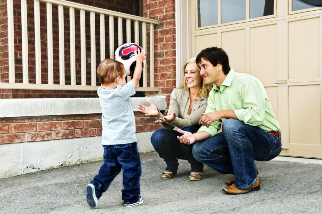 Genitori che lanciano una palla al loro bambino prima di un pasto per impedire ai bambini piccoli di consumare cibo