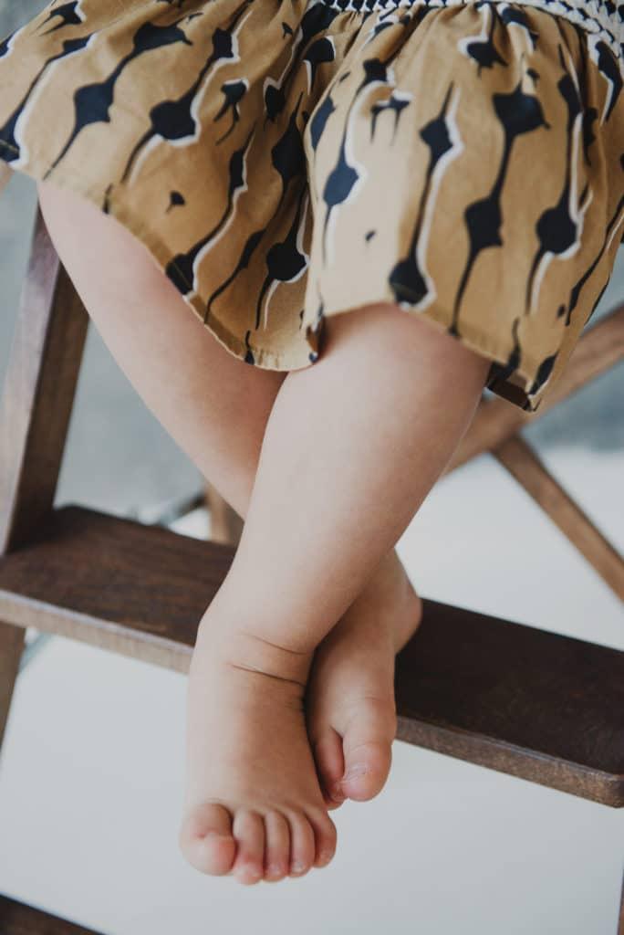 Immagine dei piedi del bambino che sostengono la sedia per impedire ai bambini piccoli di mangiare cibo