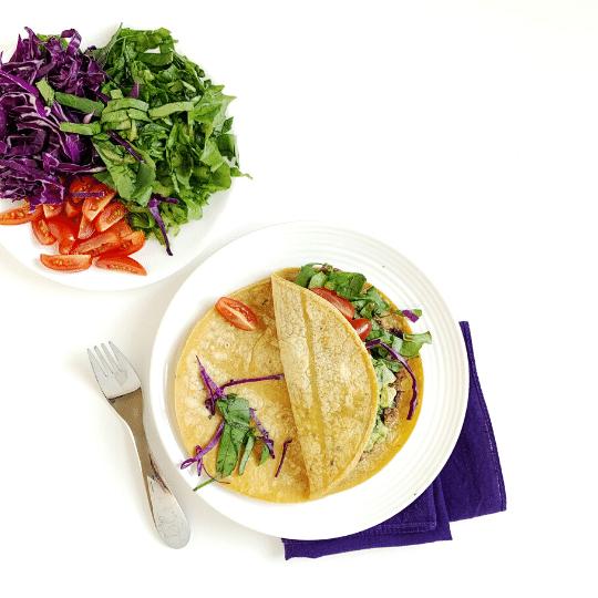 Pasti a densità di nutrienti Aggiungi frutta e verdura colorate simili ai tacos arcobaleno in questa foto