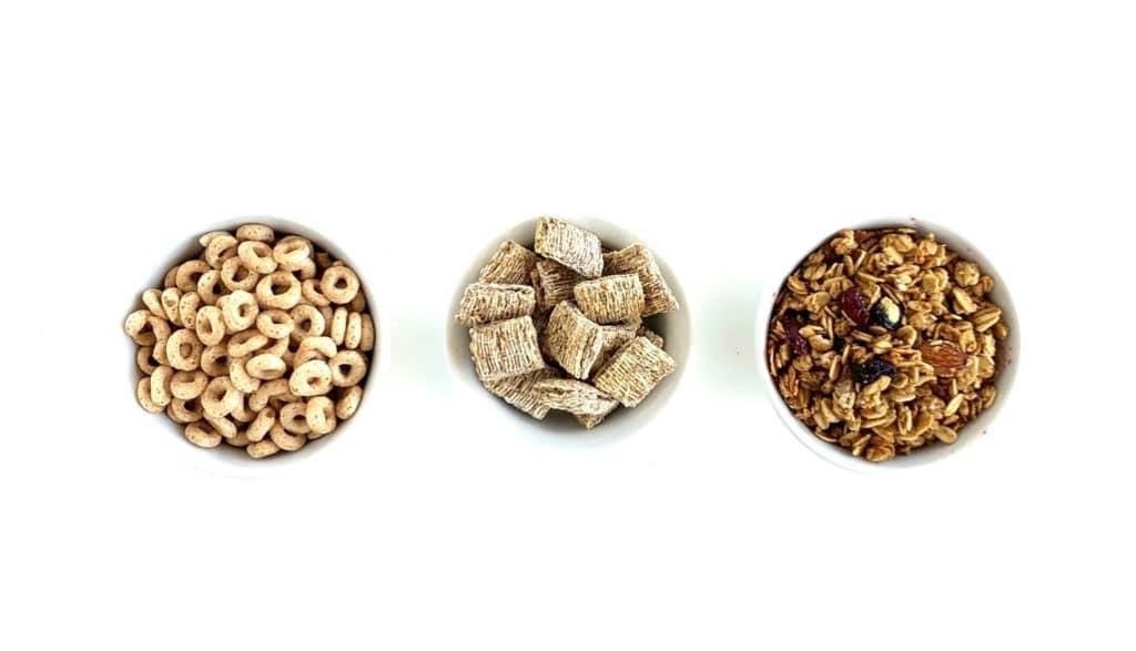 i bambini di due anni mangiano cibi energetici come questa immagine di cheerios.  cereali e muesli